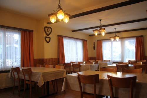 Esssaal Grupenhaus Mon-Bijou Saas-Grund